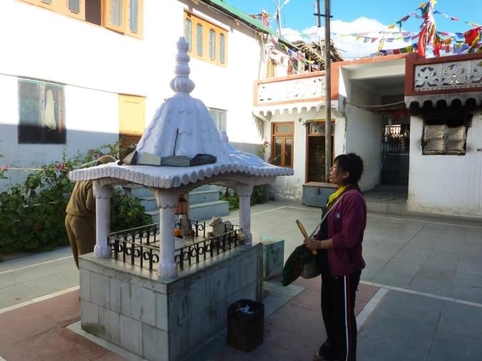 trilokinath_temple_courtyard